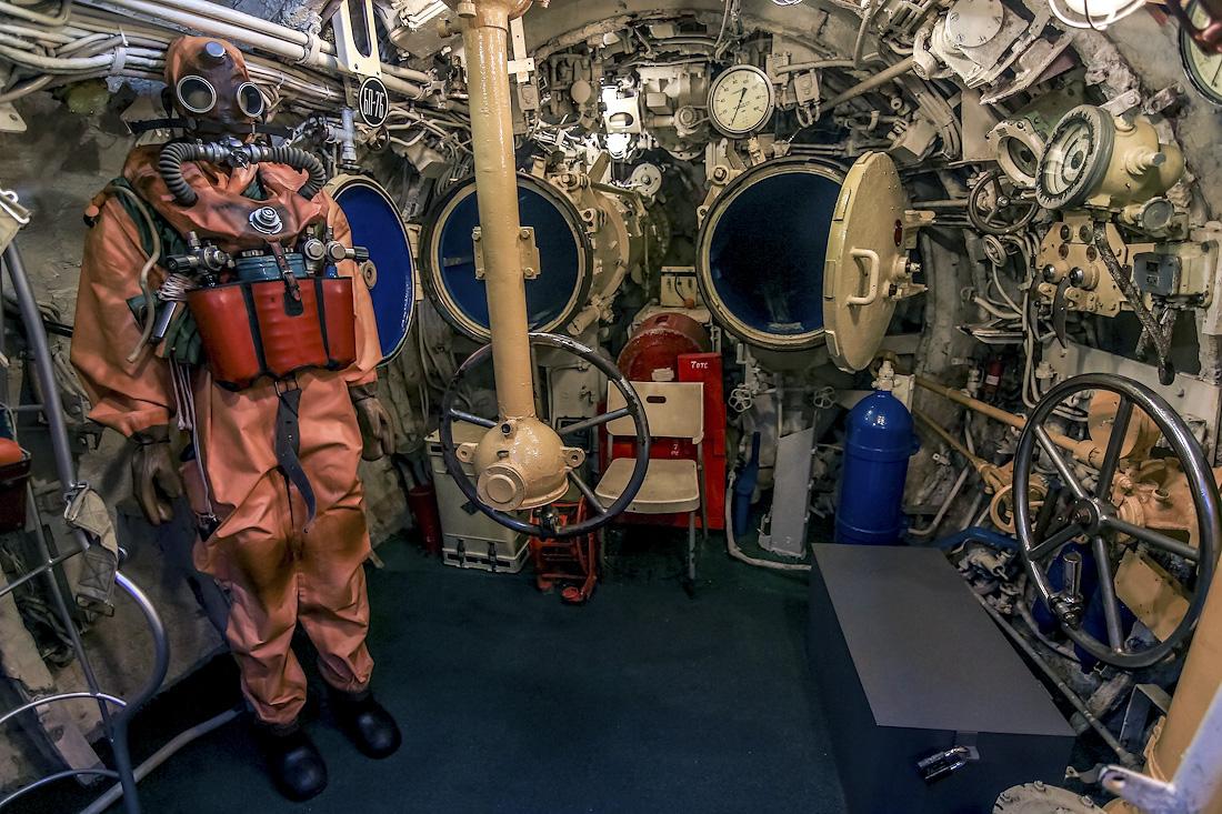 Со стратосферы на глубину в машинном отсеке подводной лодки.