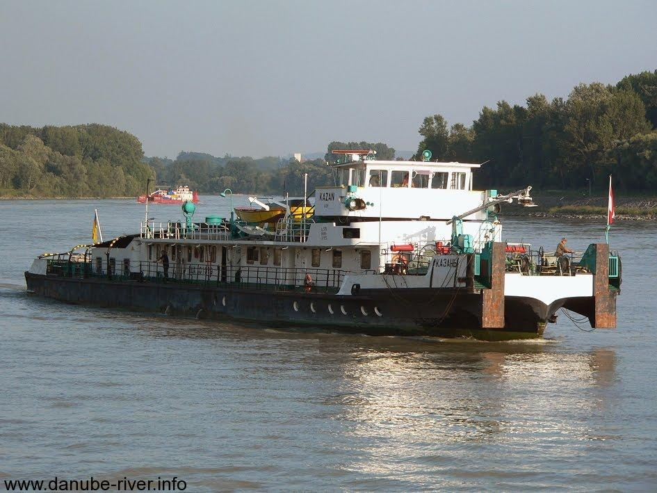 Буксирное судно толкает баржу на Дунае